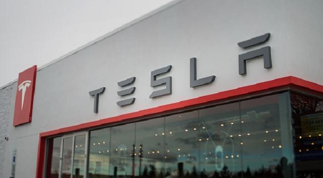 Тесла удвоила штат сотрудников, но все равно может отстать от графика