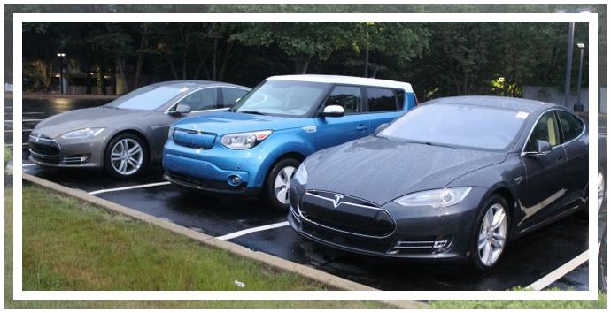 KIA Soul EV в окружении Tesla Model S