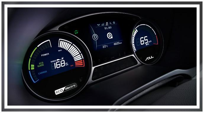 На приборной панели KIA SOUL EV отображается индикатор заряда батареи