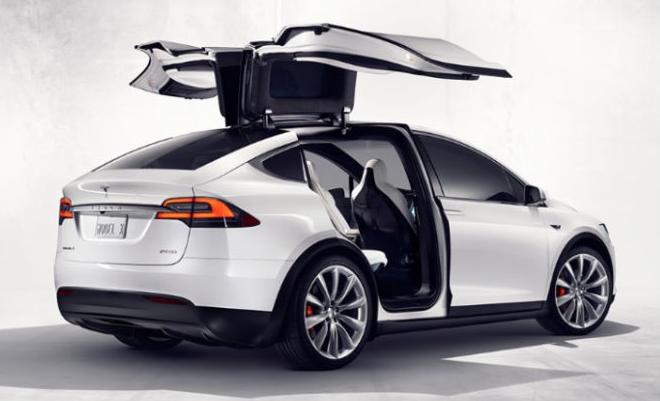 Tesla Model X с  панорамным ветровым стеклом и стеклянной крышей задних дверей