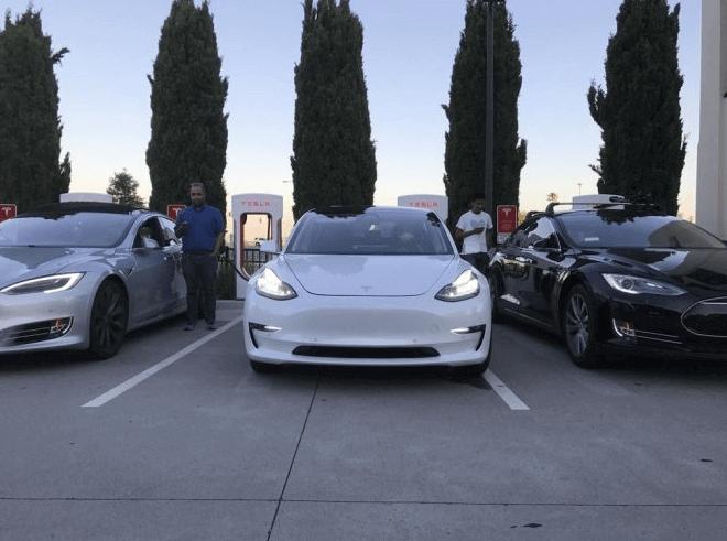 Новый автомобиль Tesla Model 3