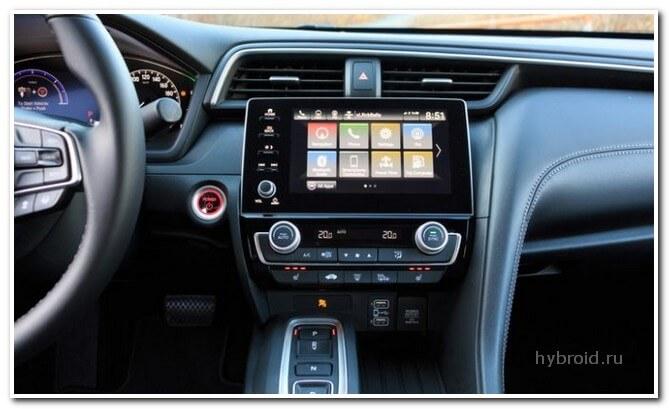 Honda Insight 2019 внутри автомобиля